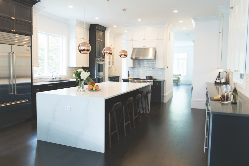 June Eight Studio created a spectacular kitchen equipped with a marble waterfall island